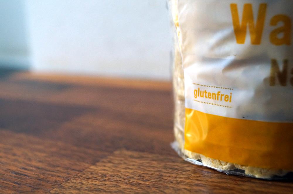 Die Nahaufnahme einer Verpackung mit glutenfreien Lebensmitteln – wichtig für ein beschwerdefreies Leben mit Zöliakie.