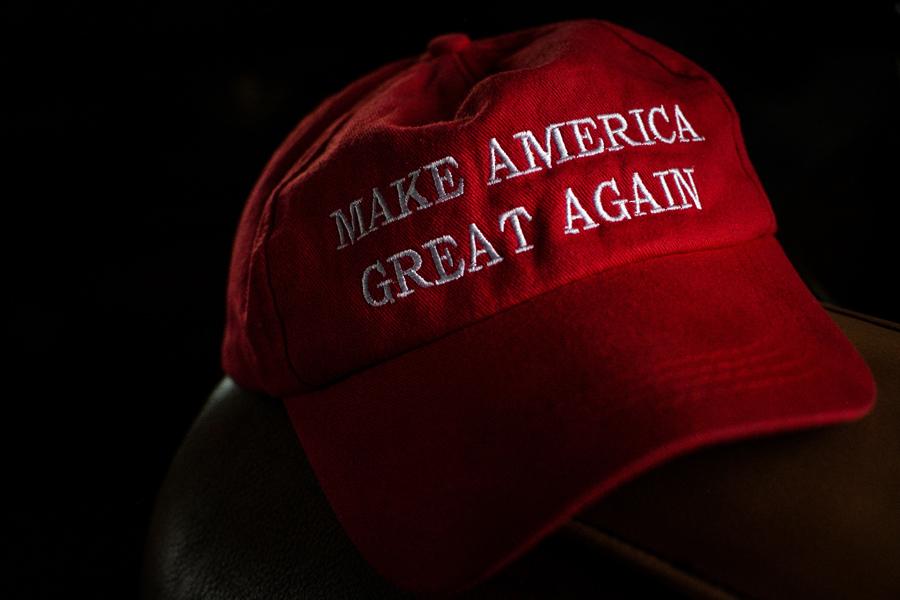 """Eine rote Baseball-Kappe mit der Aufschrift """"Make America Great Again"""""""